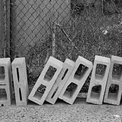 fotografia analogica de unos ladrillos en blanco y negro realizada con apx 100 y revelada con tmax en casa